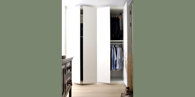 Formschöner Kleiderschrank mit praktischer Ausstattung